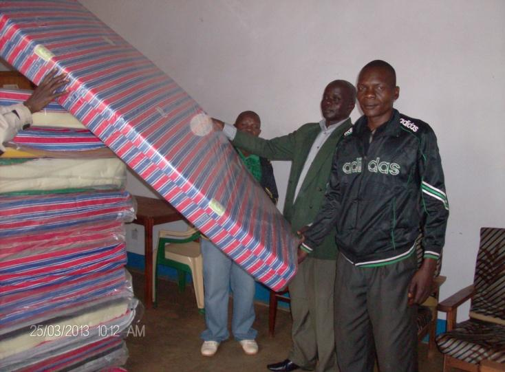 Chairperson receives mattresses at Avari Health Centre.