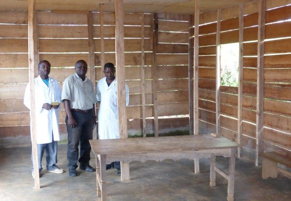 Wooden outpatient structure for child vaccinations, Mutendero